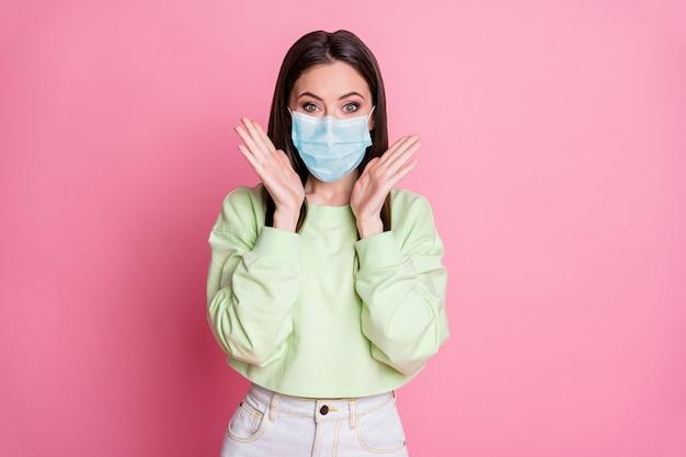 Portret van haar aantrekkelijke verbaasde gezonde steilharige meisje met veiligheidsgaasmasker goed nieuws herstel ziekte gezondheidszorg levensverzekering geïsoleerd roze pastel kleur achtergrond