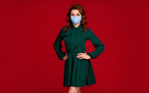 Portret van haar, mooi, mooi, golvend meisje met een herbruikbaar textielmasker dat zich voordeed als stop besmetting geïsoleerd helder levendig glans levendige rode kastanjebruine kleur achtergrond
