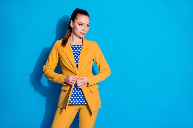 Portret van haar mooi uitziende aantrekkelijke charmante mooie chique stijlvolle luxe dame leider partner vaststelling knop geïsoleerd over heldere levendige glans levendige blauwe kleur achtergrond