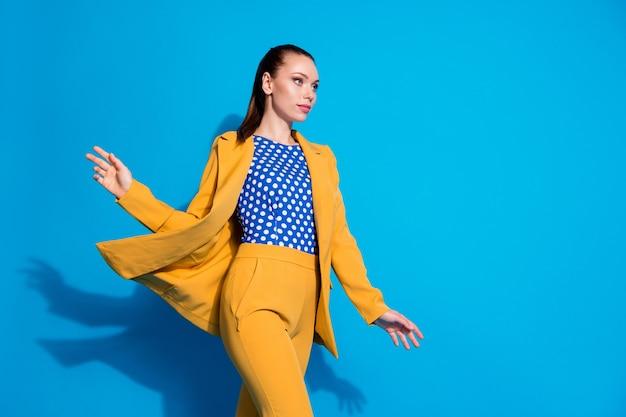 Portret van haar mooi uitziende aantrekkelijke charmante stijlvolle luxe dame uitvoerend directeur wandelen lucht waait wind geïsoleerd helder levendig glans levendige blauwe kleur achtergrond