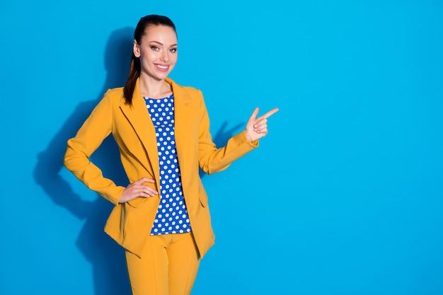 Portret van haar mooi uitziende aantrekkelijke charmante vrolijke vrolijke dame leider expert demonstreren oplossing besluit kopie ruimte advertentie geïsoleerd over heldere levendige glans levendige blauwe kleur achtergrond