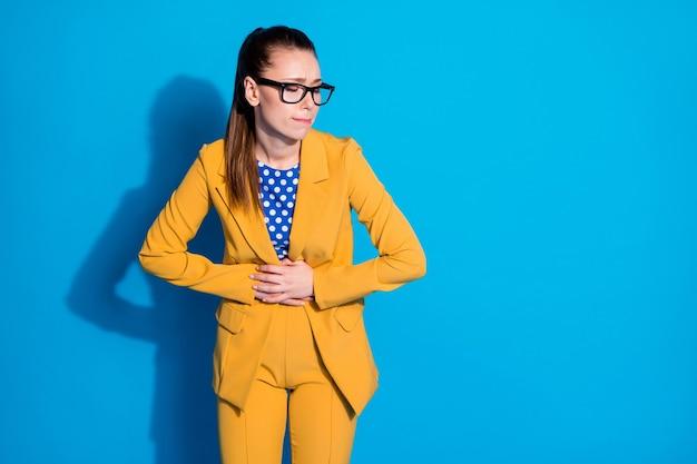 Portret van haar mooi uitziende aantrekkelijke stijlvolle elegante dame leider expert lijden indigestie maagzweer symptoom syndroom geïsoleerd helder levendig glans levendige blauwe kleur achtergrond