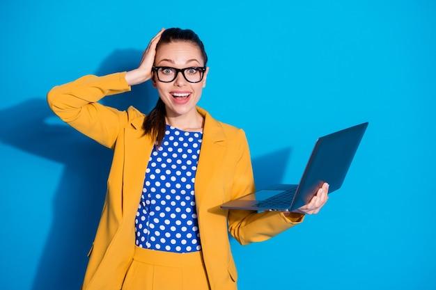 Portret van haar mooie aantrekkelijke charmante chique slimme slimme vrolijke vrolijke blije dame in handen houden laptop studeren leren web geïsoleerd helder levendig glans levendige blauwe kleur achtergrond