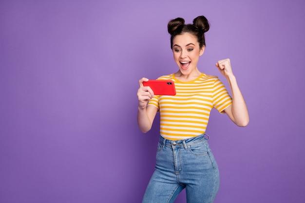 Portret van haar, mooie, aantrekkelijke, gefocuste, vrolijke, vrolijke meid die een tv-sportshow kijkt met plezier geïsoleerd op heldere levendige glans levendige lila violet paarse kleur achtergrond