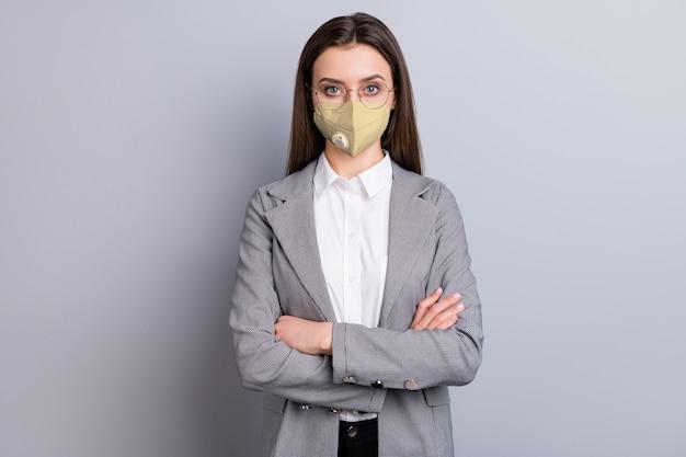 Portret van haar ze aantrekkelijke stijlvolle inhoud slimme slimme zakenvrouw dragen veiligheid n95 herbruikbare masker mers cov preventie ademhalingsziekte ziekte ziekte geïsoleerde grijze kleur achtergrond