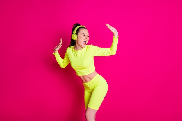 Portret van haar ze aardig aantrekkelijk vrij blij vrolijk vrolijk meisje luisteren pop rock muziek genieten van rust plezier chill geïsoleerde heldere levendige glans levendige roze fuchsia kleur achtergrond