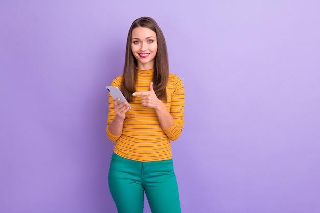 Portret van haar, ze is mooi aantrekkelijk schattig mooi charmant vrolijk vrolijk zelfverzekerd meisje toont cel snel internet online winkelservice geïsoleerd over violet paars lila pastelkleur