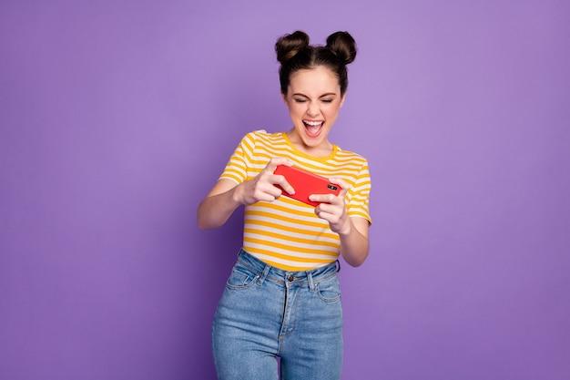 Portret van haar ze leuk aantrekkelijk mooi mooi verslaafd vrolijk vrolijk meisje speelapparaat strijd met plezier geïsoleerd op heldere levendige glans levendige lila violet paarse kleur achtergrond