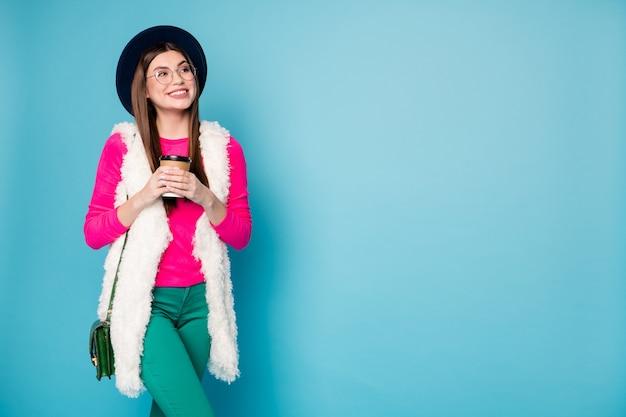 Portret van haar ze leuk uitziende innemend aantrekkelijk mooi modieus vrolijk meisje drinken thee exemplaar ruimte geïsoleerd helder levendig glans levendig groen blauw turkoois kleur muur
