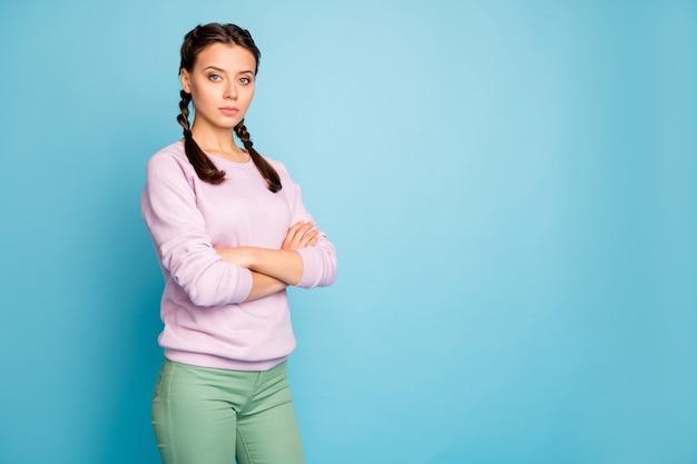 Portret van haar ze mooi aantrekkelijk mooi charmant mooi tevreden meisje gevouwen armen kopie ruimte geïsoleerd over helder levendig glans levendig blauw groen groenblauw turkoois kleur