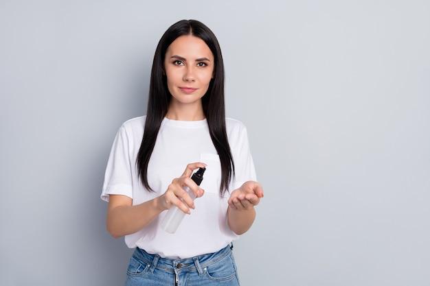 Portret van haar ze mooi aantrekkelijk mooi vrij schattig gezond straighthaired meisje met behulp van spray anti-infectie sars steriele preventie schone handen geïsoleerd op lichtgrijze pastel kleur achtergrond