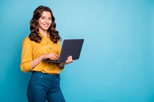 Portret van haar ze mooi aantrekkelijk zelfverzekerd vrolijk vrolijk golvend meisje bedrijf in handen laptop maken webdesign.