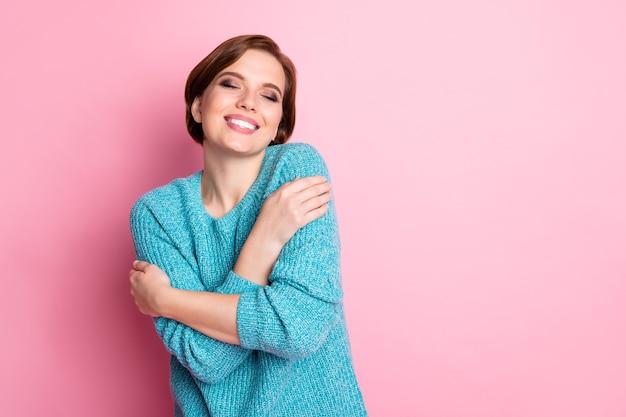 Portret van haar ze mooi ogende aantrekkelijke mooie charmante zoete opgetogen vrolijk vrolijk bruinharige meisje knuffelen zichzelf