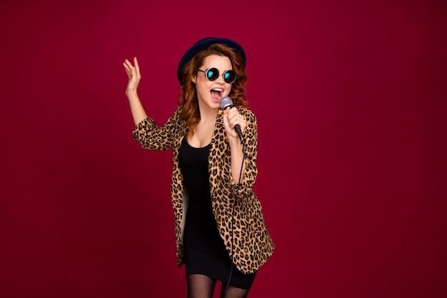 Portret van haar ze mooi uitziende aantrekkelijke modieuze mooie mooie charmante vrolijke golvende haren meisje zingen pop single hit geïsoleerd op rode kastanjebruine bordeaux marsala kleur achtergrond