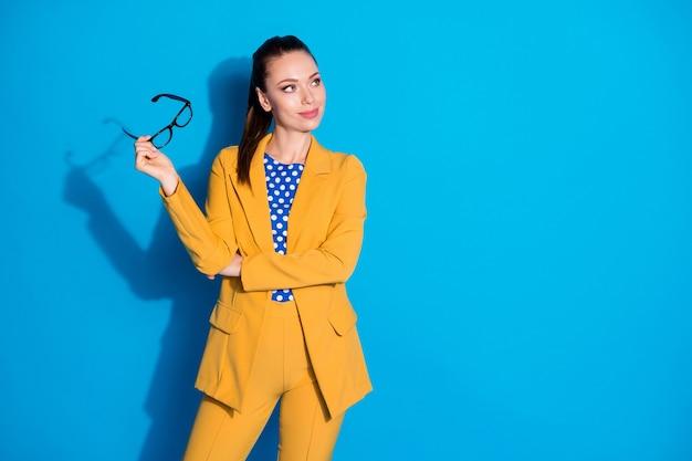 Portret van haar ze mooi uitziende aantrekkelijke mooie mooie stijlvolle chique dame in handen houden specificaties overdenken carrière groei ontwikkeling geïsoleerde heldere levendige glans levendige blauwe kleur achtergrond