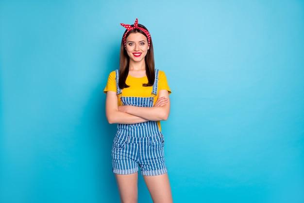 Portret van haar ziet er mooi uit aantrekkelijk mooi vrij vrolijk vrolijk meisje draagt koel seizoen look gevouwen armen geïsoleerd over heldere levendige glans levendige blauwe kleur achtergrond