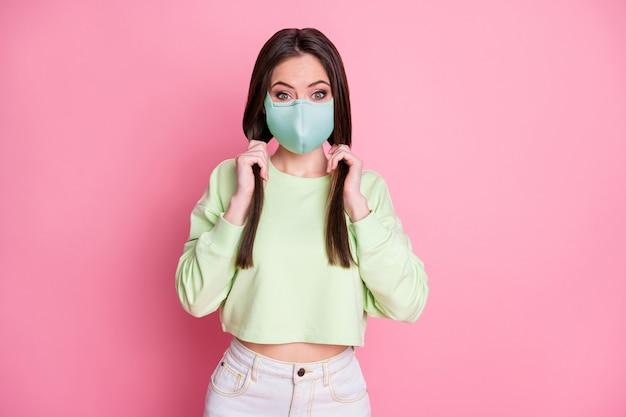 Portret van haar zij aantrekkelijk funky verbaasd gezond steil meisje dragen veiligheid herbruikbare textiel masker stop pandemie griep griep griep ziekte geïsoleerde roze pastel kleur achtergrond