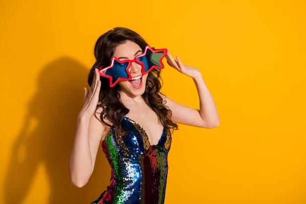 Portret van haar zij-uitziende aantrekkelijke mooie mooie vrolijke vrolijke golvende haren meisje dragen cool specs nachtclub nachtleven geïsoleerd helder levendig glans levendige gele kleur achtergrond