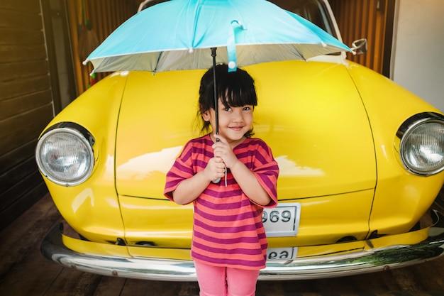 Portret van happy kids met een paraplu vóór uitje.