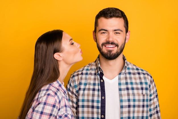 Portret van hartstochtelijke tedere kus mand van de twee mensenvrouw