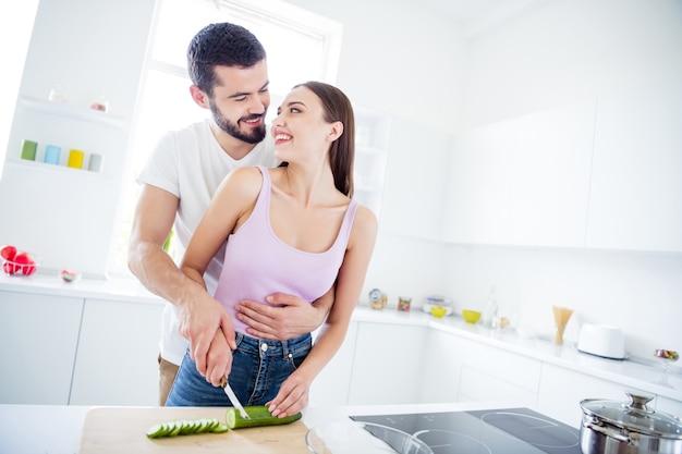 Portret van hartstochtelijke twee getrouwde mensen koken samen