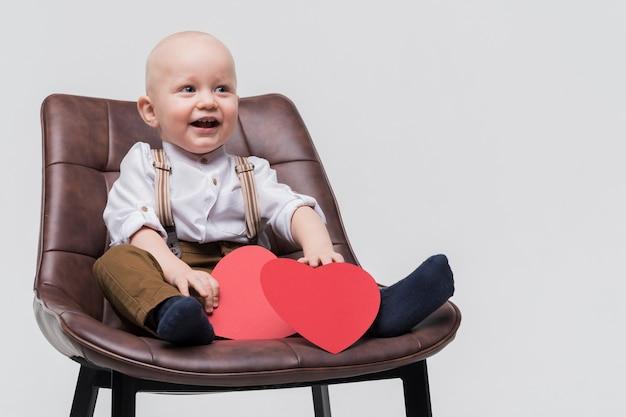 Portret van het aanbiddelijke babyjongen glimlachen