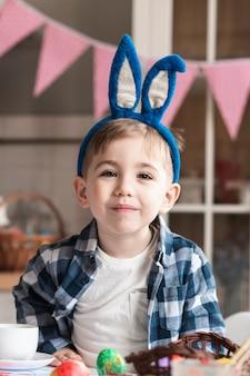 Portret van het aanbiddelijke jonge jongen glimlachen
