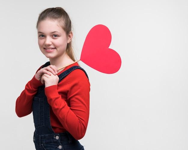 Portret van het aanbiddelijke jonge meisje stellen