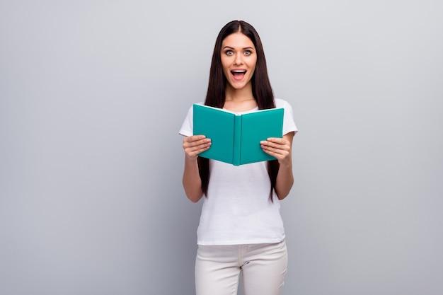 Portret van het aantrekkelijke mooie slimme vrolijke boek van de meisjeslezing