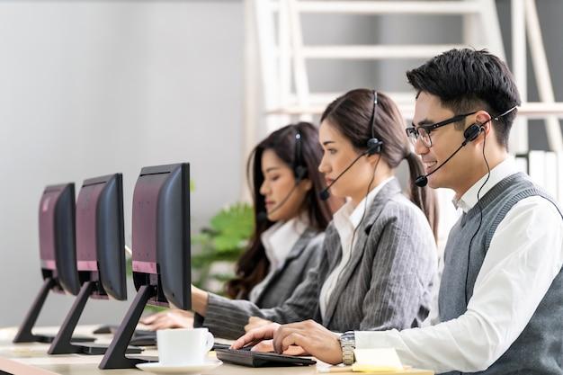 Portret van het aziatische call center werken.