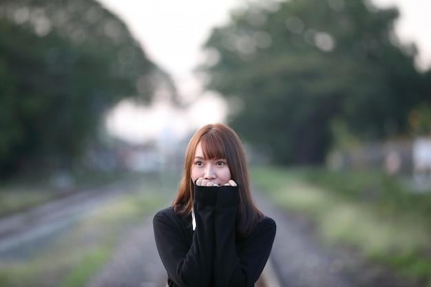 Portret van het aziatische japanse kostuum die van het schoolmeisje de uitstekende stijl van de park openluchtfilm bekijken