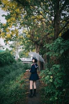Portret van het aziatische schoolmeisje lopen