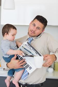 Portret van het bezige vader multitasken binnenshuis