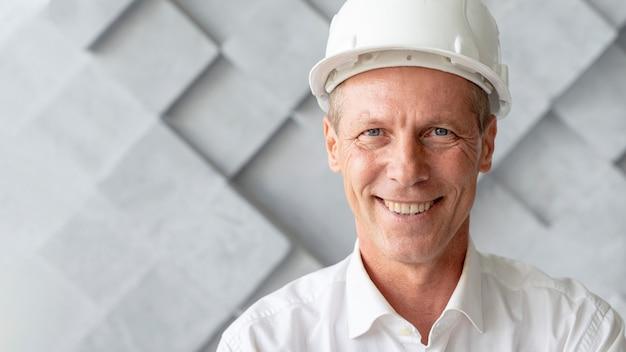 Portret van het close-up van de smileyarchitect