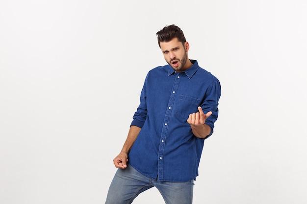 Portret van het emotionele jonge mens geïsoleerd dansen over