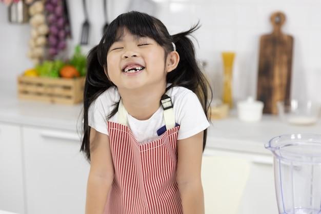 Portret van het gelukkige aziatische meisje glimlachen