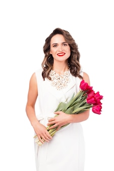 Portret van het gelukkige boeket van de vrouwenholding van roze tulpen op wit