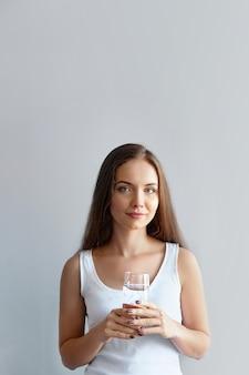 Portret van het gelukkige het glimlachen schoonheids jonge vrouw stellen