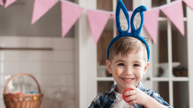 Portret van het gelukkige jonge jongen glimlachen