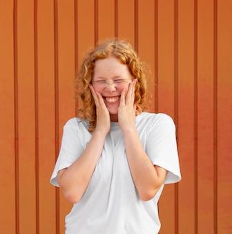 Portret van het gelukkige jonge meisje glimlachen
