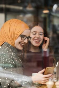 Portret van het gelukkige jonge meisjes lachen