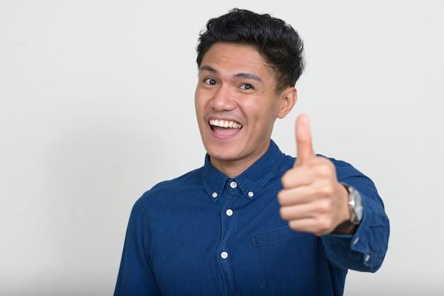 Portret van het gelukkige knappe aziatische zakenman glimlachen