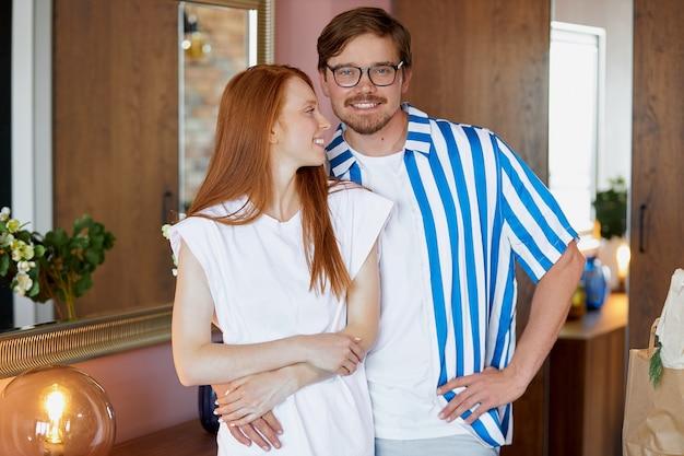Portret van het gelukkige mooie paar van nieuwe huiseigenaren