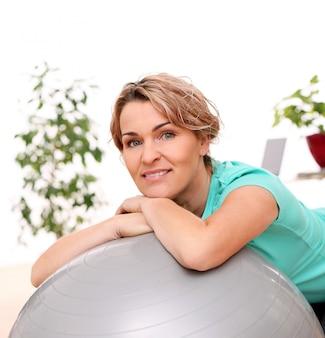 Portret van het gelukkige oude sportvrouw stellen