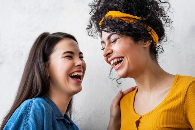 Portret van het gelukkige vrouwen lachen