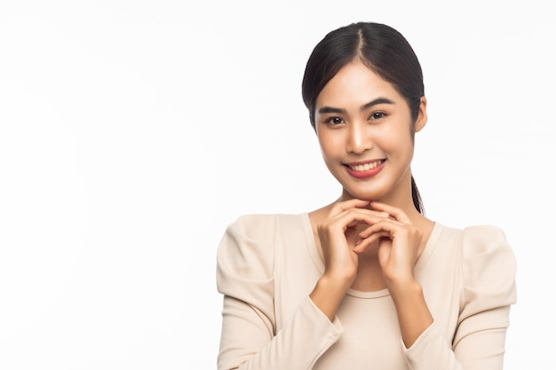 Portret van het jonge aziatische bedrijfsvrouw glimlachen geïsoleerd op witte achtergrond