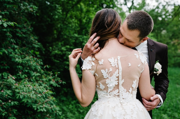 Portret van het jonge bruidspaar kussen op aard. pasgetrouwden.