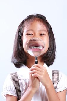 Portret van het jonge leuke vergrootglas van de meisjesholding