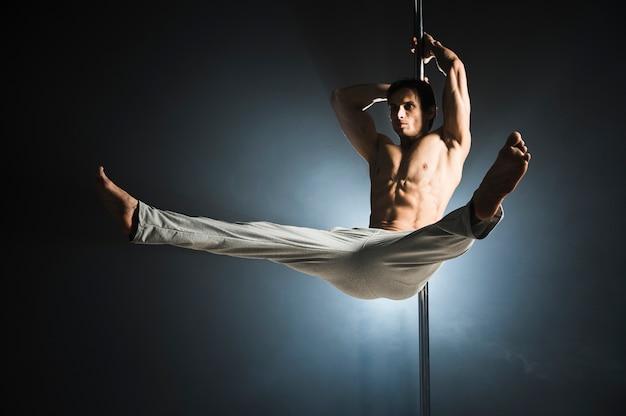 Portret van het jonge mannelijke modelpool dansen