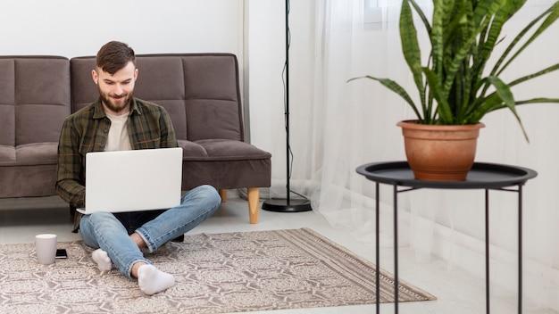 Portret van het jonge ondernemer werken vanuit huis